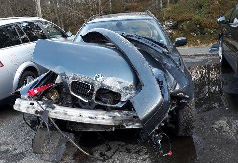 18-åringen hadde hatt lappen i en uke da han krasjet. Bilen ble påført store skader i fronten.