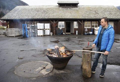 Geir Løne har gjennom to rettsrunder vunnet frem i kampen om å få beholde familiegården. Her demonstrerer han hvordan man svir et lammehode på bålet.