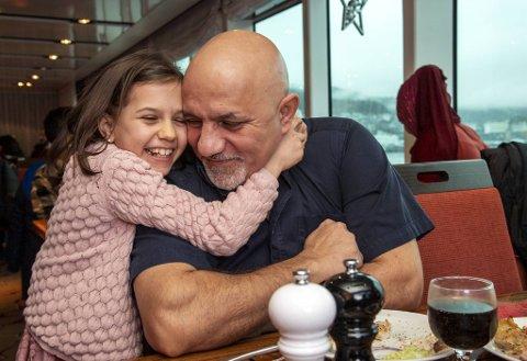 Sandra Selina gir pappa Claudio Buretia en spontan klem. Smil og glede er det mye av ombord.