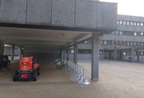 Tørt under tak, og ved siden av sykkelstativene, parkerte kvinnen sin Twizy utenfor Humanistisk faktultet.
