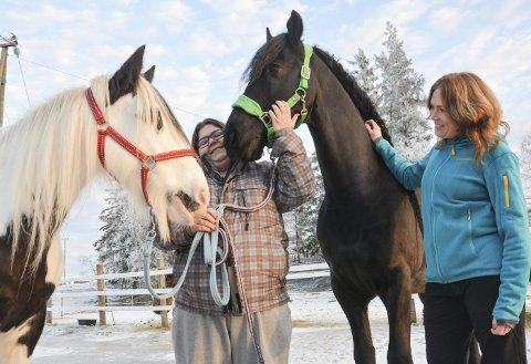 TETTE BÅND: Ann Catrin Isaksen har fått et spesielt bånd til Miss Mary (til venstre), men er også begeistret for frieseren Tjardo. Audhild Askerud (t.h.) fra mestringsteamet ser at samværet med hester har en positiv effekt på dem som deltar i prosjektet.