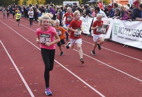 BEINFLYR TIL MÅL: Det var ingen ting å si på innsatsen blant de 800 jentene og guttene på 1,5 km.
