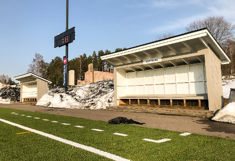 DEALERBENK: Når det ikke spilles fotball blir innbytterbenkene på Åmot stadion brukt til kjøp og salg av narkotika.