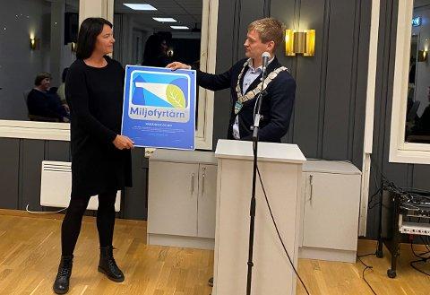 SKULEN SOM FYRLYS: Rektor Svanhild Gjedrem har sørgt for at Vikeså skule og SFO er blitt sertifiserte som miljøfyrtårn. Ordførar Kjetil Slettebø overrekte henne beviset på kommunestyremøtet tysdag kveld.