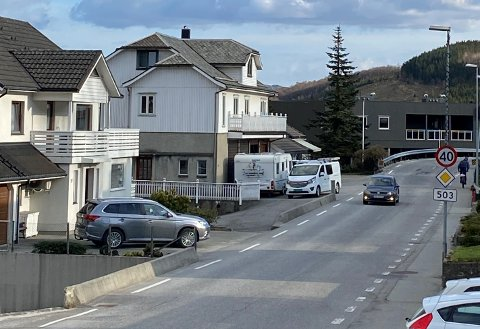 FOR LITEN PLASS: Bjerkreim kommune har fått tildelt trafikksikringsmidlar til fortau i Vikesågata, men vegen, som er fylkesveg, er for smal til at det kan byggjast eit fortau som tilfredsstiller fylkeskommunen sine krav. Dermed kan ikkje det tiltaket som fylkeskommunen har løyvt pengar til, realiserast.