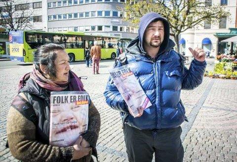 MERKER FORSKJELL: Rumenske Claudia og Zahib merker at flere har unngått å kjøpe blader fra dem i dag, etter at NRK har dokumentert organisert kriminalitet i Bergens tiggermiljø.