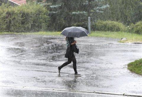 REGNET KOMMER: – Det kan bli intenst med nedbør i perioder søndag morgen, sier statsmeterolog Terje Alsvik Walløe.