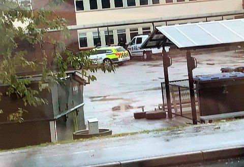 Her patruljerer to politibiler i skolegården på Tranby skole, etter en slåsskamp forrige uke.