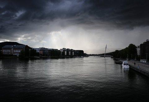 Fredag ettermiddag og kveld er det ventet kraftige lokale regnbyger.