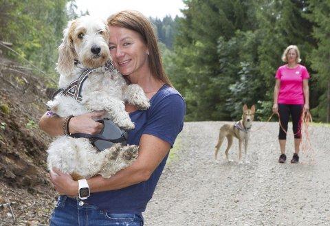 - Takk: Hege Horsrud fra Hokksund kunne glede seg over at familiehunden Diva kom til rette etter flere dager på rømmen. Astrid Gravdal og Shira fra Nitrogruppa hjelp til med leitejobben.