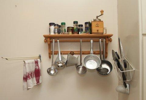 Tida har stått litt stille på kjøkkenet i fyrbustaden. Hadde Besta di ei slik hylle på kjøkkenet?