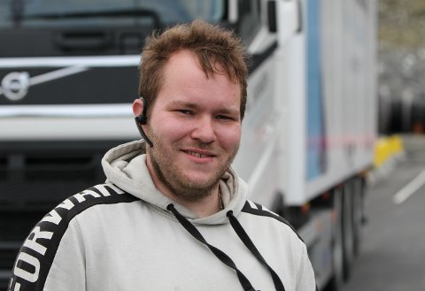 TRAILER: Thomas Buarøy (25) på oppstillingsplassen for vogntoga på Fjordbase. Samlingstad og utgangspunkt for den motoriserte for 17. mai kolonna.