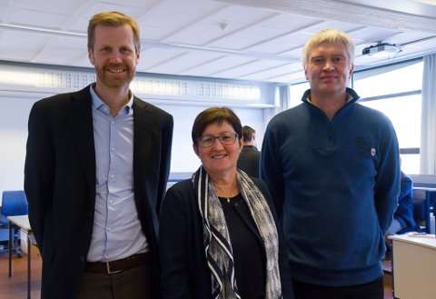 FÅR IT-UTDANNING: Fylkesmann og leiar for IT-forum, Gunnar O. Hæreid, instiuttleiar for avdeling for ingeniør- og naturfag Eli Nummedal og høgskulelektor Joar Sande.