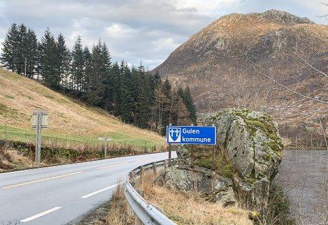 FØR: Sogn og Fjordane-skiltet på Kringla i Gulen er vekke, og er erstatta med Vestland. Får 59,6 av dei spurde viljen sin, vert skiltet ordna tilbake