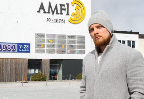 SLAPPAR AV: Dani Winther Brandsøy, dagleg leiar på Amfi Florø, har lagt merke til at folk ikkje lenger held same avstand som dei gjorde for ein månad sidan.