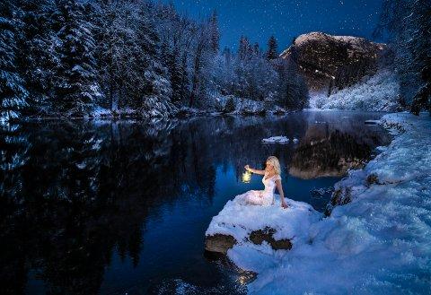 KJØLIG: Fotograf Helle tok dette bildet av sambuaren Ann-Katrin Olsen nedanfor Huldefossen 6. januar. Gradestokken viste så lite som 11 minusgrader!