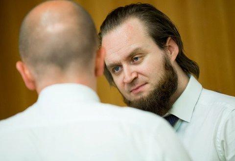 Advokat Nils Christian Nordhus, forsvareren til den 46 år gamle mannen, snakker med advokat Svein Holden, forsvareren til den 23 år gamle tsjetsjeneren. Svein Holden er også fra Fredrikstad, og er mest kjent som aktor under saken mot ABB.