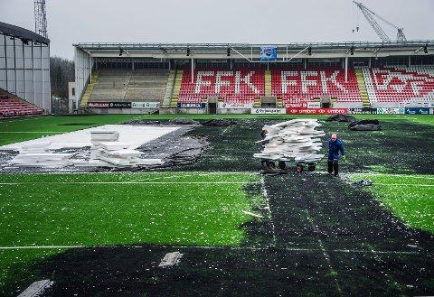Slik så det ut under opprydding etter Winter Classic på Fredrikstad stadion. Nå er banen ferdig ryddet og undersøkt.