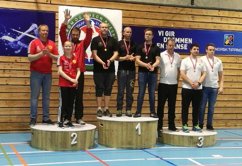 Sølvvinnere i recurve lag - Lars Erik Humlekjær, Bård Nesteng og Celine Elisabet Asbjørnsen. Gull til Sandefjord Bueskyttere, og bronse til Larvik Bueskyttere