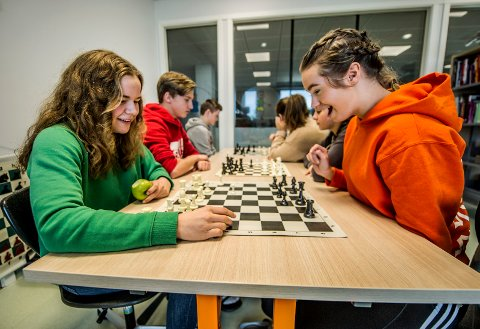 Delte meninger: Ikke alle elevene er positive til mobilfri skole, som Emilie Nielsen og (til høyre) og Mia Gulbrandsen.