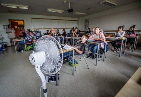 Det er ikke første gang Haugeåsen har slitt med varmen. Også tidligere har man måttet utstyre klasserom med vifter på grunn av høye temperaturer og dårlig inneklima.