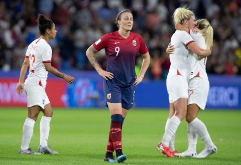 FORTVILER: Isabell Herlovsen fortviler mens de engelske spillerne jubler etter torsdagens kvartfinale mot England på Stade Océane.