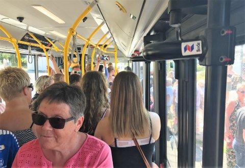 KØØØØØ: Det er ikke fullt før det renner over. Dessverre må de som belager seg på busstransport i helgen, regne med trengsel og forsinkelser. Et plaster på såret er at  billettene bare koster ti kroner per snute.