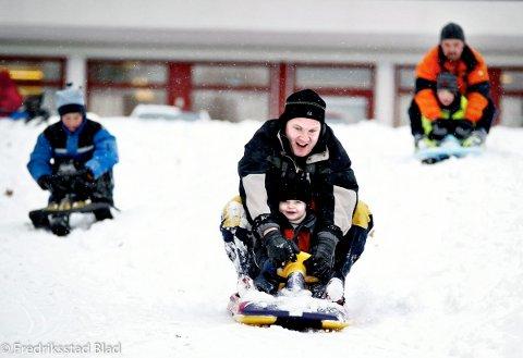 Vinteren er kommet til Fredrikstad med kritthvit puddersnø, klar og skyfri himmel. Kåre Andre Bråtten Sørensen (7) (til venstre), Sebatian Johansen (2) og Kevin Klerud (3) aker i full fart. Foto: Kent Inge Olsen, 30.12.2005