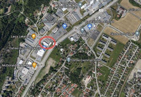 En personbil som sto ved Motorforum på Råbekken begynte å brenne natt til tirsdag.