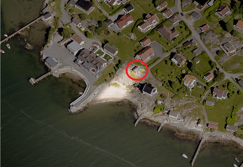 Denne vesle hytta med strandlinje  i Kløfteneveien i Saltnes ønsker eieren å bygge på med et lite soverom og bad, når han får lagt inn vann og kloakk.