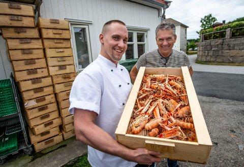 Christopher (t.v.) og Thoralf Huth på Big Fish Café merker voldsom etterspørsel etter havets delikatesser. De tomme krepsekassene i bakgrunnen viser en ukes forbruk av sjøkreps.