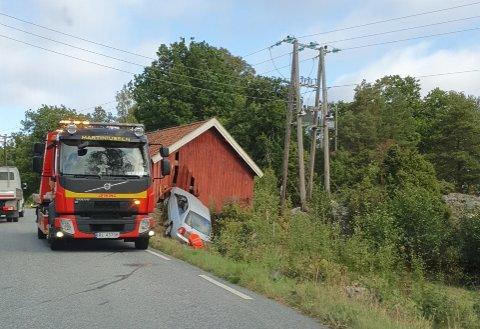 Bilen måtte berges etter utforkjøringen.