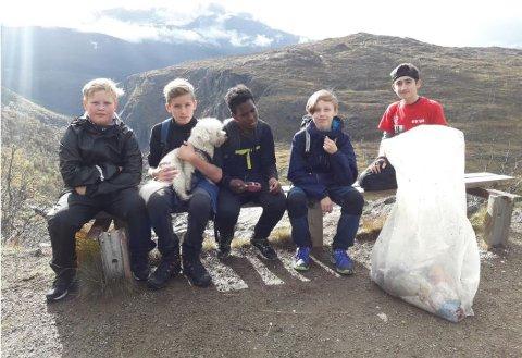 Ryddegjengen: Fra venstre: Elias, William, Montasir, Nathaniel, Daniel og hunden Ludvig.