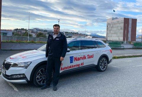 VENTETIDEN ER OVER: Niklas Johnsen er én av to nye løyvehavere i Narvik Taxi. Han har ventet på dette siden han begynte å kjøre taxi i 2013.