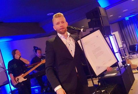 Redaktør Eugen Hammer mottok prisen på landsmøtet til Landslaget for lokalaviser i Drammen lørdag kveld (MMS-foto: Håvard Ovesen).