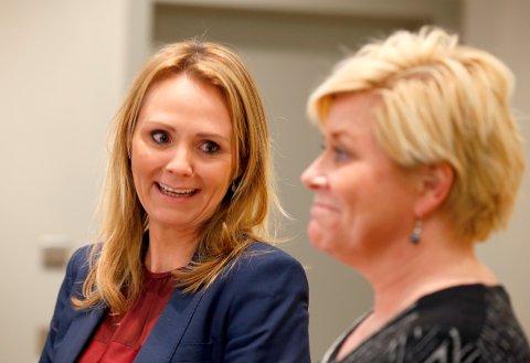 Finansminister Siv Jensen (Frp) og kulturminister Linda Hofstad Helleland (H) var i veldig godt humør på pressekonferanse i forbindelse med ESA-godkjennelsen. Foto: Terje Pedersen / NTB scanpix