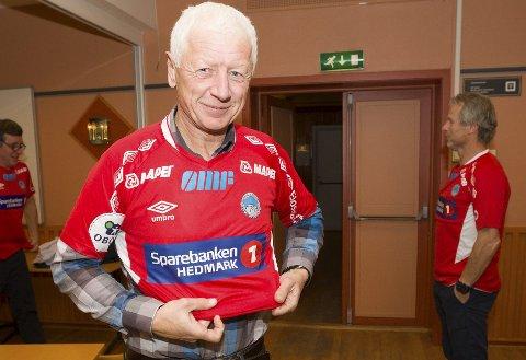 Heia KIL: Ordfører Einar Busterud fikk med seg en KIL-trøye. Den skal han ha på seg under cupfinalen på Ullevaal når han heier KIL fram til seier.