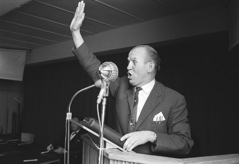 I kjent positur: Aage Samuelsen, møte i Drammen, 1962.