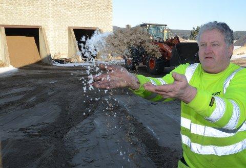 MILLIONVIS:  Det er brukt millionvis kilo med sand, og litt salt, på vegene i SOlør i vinter. Her Pål Eriksmoen i NCC som holder orden på sandlageret på Skansen i Åsnes.