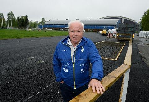 TRØBBEL: Harald Moen må konstatere at det gjenstår mye arbeid før rehabiliteringen av Stampesletta er ferdig.