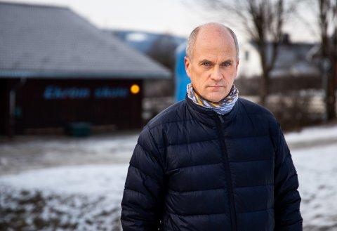Øystein Lauen, styreleder i Ekrom huseierlag, sier at naboene føler seg sviktet av politikerne dersom Ekrom skole legges ut for salg.