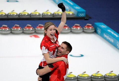 Kaitlyn Lawes og makkeren John Morris jubler etter å ha slått Sveits 10-3 i OL-finalen i mixed double curling.