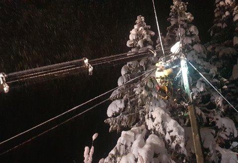I ARBEID: En av Elvias reparatører i arbeid i toppen av en høgspentmast, fotografert sist natt. I alt 50 av Elvias mannskaper var ute i felten i går kveld og sist natt for å rette feil.