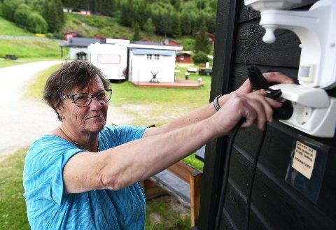 Elbil-eiere bør spørre før de plugger i kontakten for å lade, mener campingvert ved Vollheim caming på Dovre, Aud Reidun Bøe Øien. Ikke alle campingplasser har strømkurs som takler slik lading.