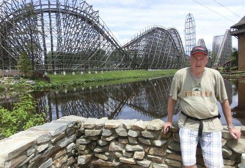 BEST OG LENGST: I juni besøkte Odd Arne Røste besøkte fornøyelsesparken Six Flags Great Adventure i New Jersey. Banen i bakgrunnen heter Kingda Ka og er verdens høyeste. Banen til venstre heter El Toro, og er en av verdens beste trebaner, ifølge hovedpersonen. Alle foto: Privat