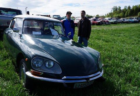 IKKE BARE AMERIKANERE: Jon Herman Holmøy og sønnen Jo Randar fra Lunner er begge bilentusiaster. Her sammen med familiens stolthet, en strøken Citroën DS fra 1972.