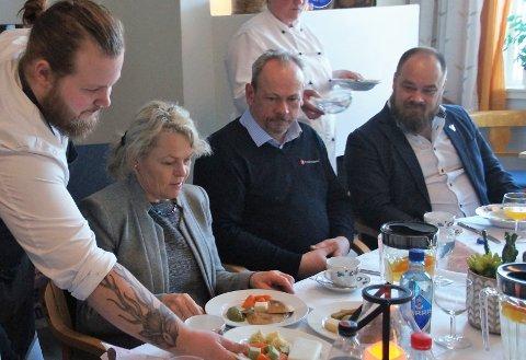 TRE RETTER: Eldre- og folkehelseminister Åse Michaelsen fikk servert treretter med formmat. Det var kotelett, kylling og fisk med grønnsaker og potetmos. Hun mente det smakte fortreffelig.