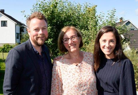 HJEMME HOS: Statssekretær Hannah S. Atic (H) tok med næringsminister Torbjørn Røe Isaksen (H) på hjemme hos-besøk hos Vahida Atic på Toso.