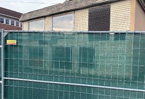URØRT: Det er ingen aktivitet bak anleggsgjerdene som er satt opp rundt de tidligere lokalene til Annas barneklær i Gran.