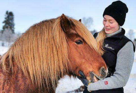PÅ RETT STED: Det siste året av studiet skal Helga Lindheim ta fordypning i hest. Her er hun sammen med islandshesten Spegill (frá Kirkjubæ) som bare er året yngre enn henne selv. – Vi har nærmest vokst opp sammen, sier Helga.